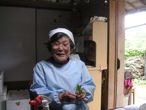 丁寧にパック詰めの作業をしながら話をしてくれた増喜子さんは、80歳とは思えないほど元気。背筋もピシッと伸びている