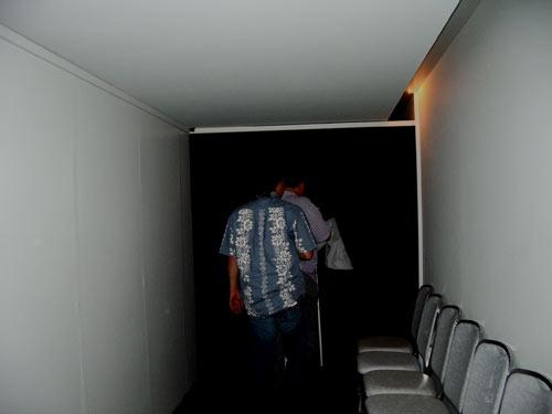 暗闇の中へ・・・