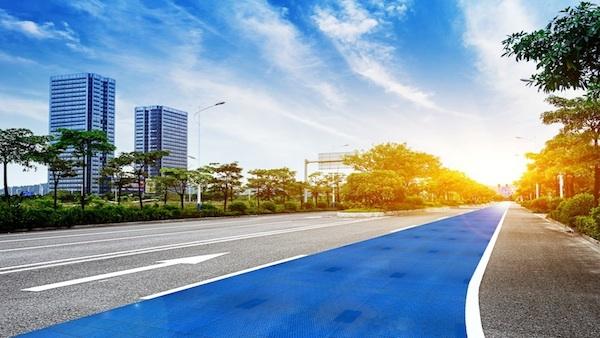 目指せ、走行中に充電できるソーラー道路! ドイツの太陽光パネ...