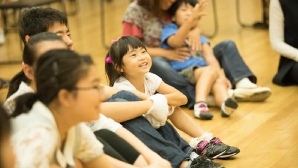 白い手袋が楽器に 耳が聞こえない子どもたちが伝える「歌声」