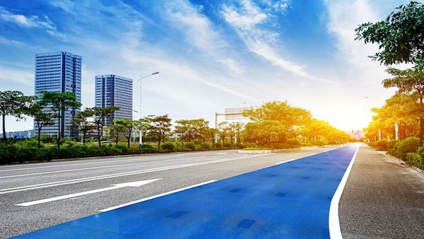 目指せ、走行中に充電できるソーラー道路! ドイツの太陽光パネルベンチャーの...